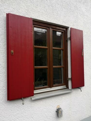 Fenster lasiert Läden lackiert